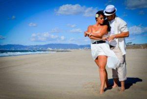 Bachata dansen op het strand